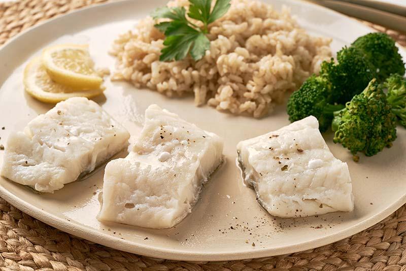 Bacalao al vapor con arroz integral para dieta Fodmap