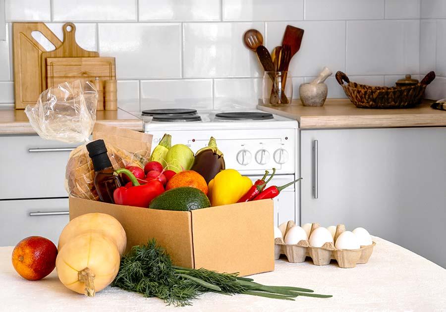 Caja de alimentos saludables en cocina