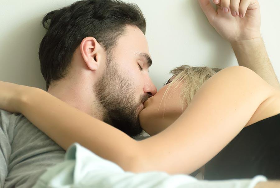 Pareja de mujer y hombre besándose